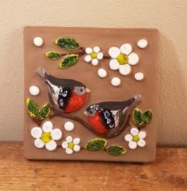 Fyrkantig keramiktavla med domherremotiv DECO. Mått 15x15 cm. Fint skick. 60 SEK
