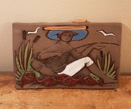 """Keramiktavla """"Fiskare"""", Ninnie Keramik. Märkt 766 på baksidan. Bredd 23,5 cm. Höjd 15 cm. Fint skick. 75 SEK"""