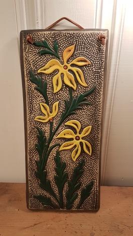 Väggtavla (gips?) med blommotiv. Höjd 36 cm, bredd 16 cm. 75 SEK