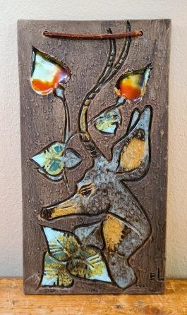 Keramiktavla med hjortmotiv, Tilgmans. Höjd 30,5 cm och bredd 16,5 cm. Fint skick. 125 SEK