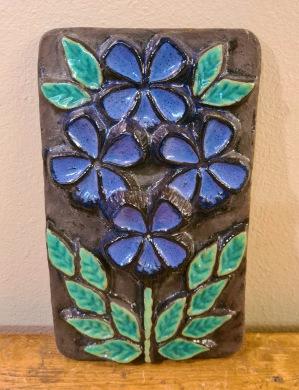 Keramiktavla Norrmans, Motala - blå blommor. Höjd 25 cm, bredd 15 cm. Fint skick. 75 SEK