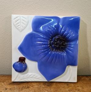 Keramiktavla JIE, Blå blomma. Mått 20x20 cm. Fint skick. 75 SEK