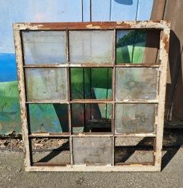 Fyrkantigt fönster med smårutor. Höjd ca 90,5 cm, bredd cia 84,5 cm. Bredden skiljer sej lite upptill resp. mitten. Träplugg.  Renoveringsobjekt. 450 SEK