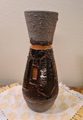 Keramikvas Tilgmans. Brunsvart mönster. Höjd 22,5 cm. Fint skick. 85 SEK