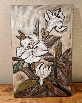 Stengodstavla med motiv av vita blommor. Höjd 34,5 cm. Bredd 22,5 cm. Fint skick. Osignerad. 100 SEK