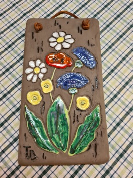 Keramiktavla med blommotiv. Tore Borg. Höjd 21,5 cm. Bredd 11,5 cm. Fint skick. 65 SEK
