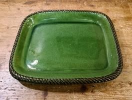 Stort grönt stekfat Höganäs. Längd 36,5 cm. Bredd 29,5 cm och djup 4 cm. En liten nagg på undersidan av kanten, annars fint skick.  150 SEK