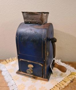Blå äldre kaffekvarn, hög modell. Höjd 20,5 cm. Gott bruksskick. 160 SEK