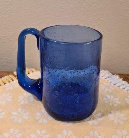 Sejdel i blått glas med bubblor, Erik Höglund (5). Diam. 7,5 cm, höjd ca 10,5 cm. Fint skick.  300 SEK