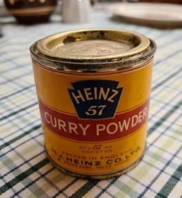 """Liten burk """"Heinz Curry Powder"""". Höjd 6 cm., diam. 6 cm. Nån rostfläck på locket, annars gott skick. 45 SEK"""