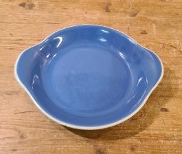 """Liten ljusblå form/fat Gustavsberg """"Gefyr""""- Diam. 15,5 cm. Lite ojämnheter på kanten på vissa ställen, annars gott skick. 75 SEK"""