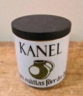 "Kryddburk Knabstrup ""Kanel"". Höjd inkl. lock 7,5 cm. Diam. 7 cm. Fint skick. 40 SEK"