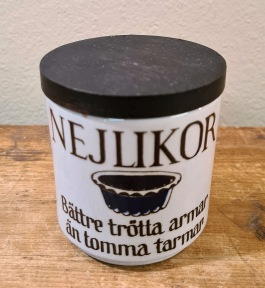 "Kryddburk Knabstrup ""Nejlikor"". Höjd inkl. lock 7,5 cm. Diam. 7 cm. Fint skick. 40 SEK"