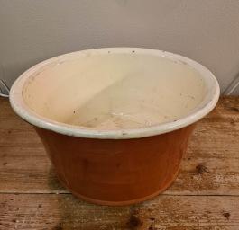 Äldre keramiktråg/bunke med handtag. Diam. 36 cm, höjd ca 17 cm. Fint skick. 475 SEK