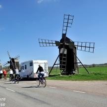 Cyklar och husbil vid Lerkaka väderkvarnar, Öland_BAC1117_5106 1280 72dpi
