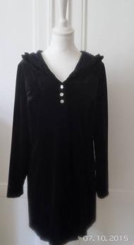 Mirja L - Mirja L är en tröja med luva och volangkant, sammetstreach ,svart