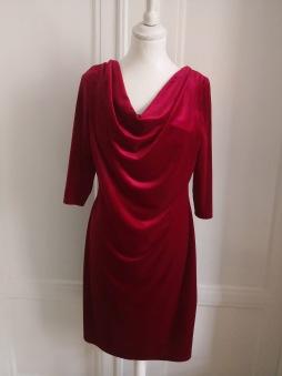 Stina sammet - Stina hallonröd sammets klänning, trekvartsärm