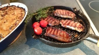 Ryggbiff i stekpannan är riktigt gott med potatisgratäng och tomater från gården