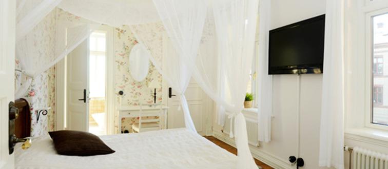 Affärshotell Varberg. Okens B&B är ett affärsvänligt litet hotell med charmiga rum i centrala Varberg. Nära till parkering, Varbergs centralstation & hamn