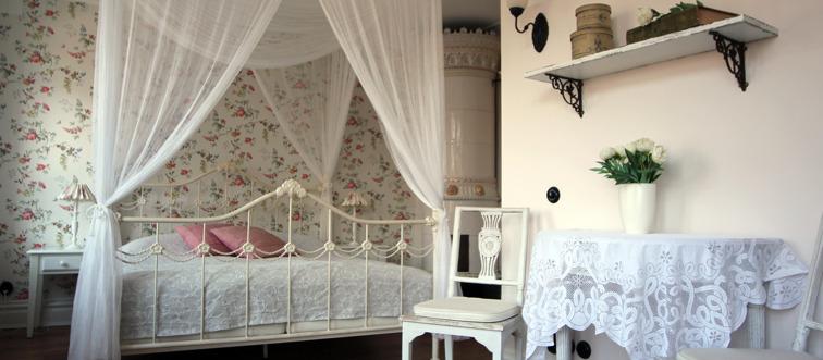 Fira bröllopsnatten i centrala Varberg. Bröllopspaket med övernattning i våra romantiskt inredda rum med himmelsäng.  Välkommen till hotell Okens B&B i Varberg