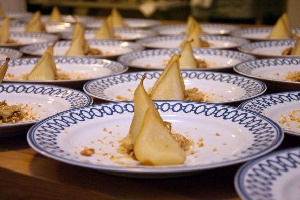 Punschbakat päron med citronkanderade mandlar och fikonkompott. Foto: Martin Österbrand