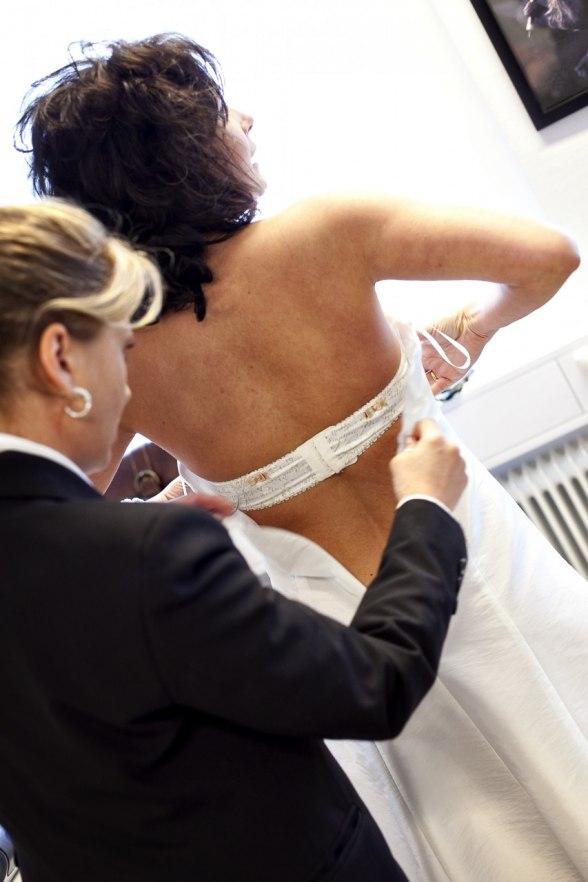 Bröllopskoordinator Helen Forsberg hjälper blivande bruden Hanna. Foto: Martin Thalwitzer/OurDay.se