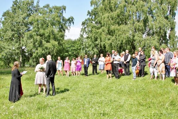 Veras bröllop, Gäster på äng
