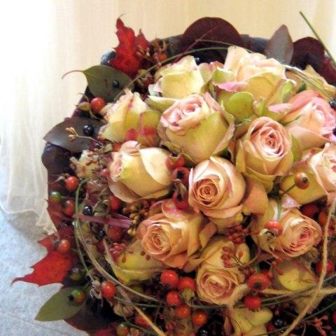 Höstbukett med rosor, rönnbär och vackra höstlöv från Munkeröds Floristutbildning.