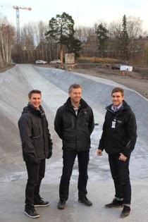 Johan, Martin och Peter framför skateboardrampen