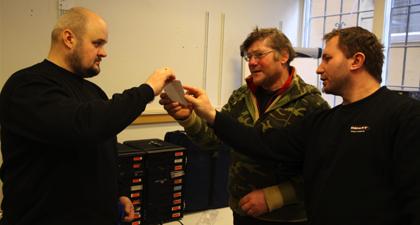 Witali och Grzegorz hjälper till med praktiska uppgifter under en dag ute. Här är det en polsk kille som precis fått hjälp med att prova ut ett par glasögon.