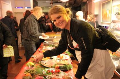 Erika hjälper till på Convictus årliga julbord, hon är en av många som hjälpt till när det fattats resurser.