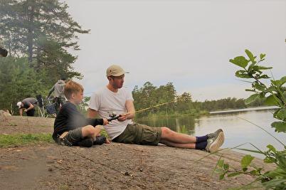 Gör nu som Jens med sonen Harry gjorde på vår årliga fiskedag, njut av sommaren