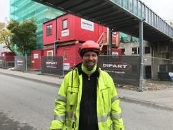 Vår platsbas Mario framför etableringen vid ett garage på 13 000 kvm i Flemingsberg.