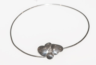 Silverhalsband med hjärtan / Silver necklace with hearts