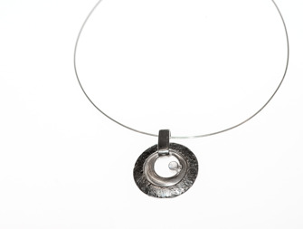 Silverhalsband med månsten / Silver necklace with moonstone