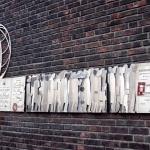 """Passeport Nansen är tillängnat Fridtjof Nansen. Konstverket föreställer flyktingar från 1 a världskriget som får identitet """"Nansen Passet""""."""