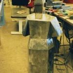 Gubben är i stort sett klar med svetsningen. Skall slipas, filas och cincileras. Efter pulverlackas objektet i delar och monteras ihop. Kanterna putsas för att få fram rätta linjerna.