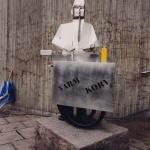 - konstnär Thomas Qvarsebo. Plats: Solna centrum. År: 2001.