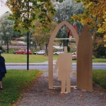 Mallen till skulpturen provas på plats i Söderhamn.