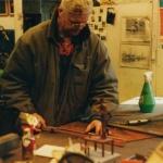 Arbetet utförs med skalenlig modell.  4 mm cortenstål väljs som är legerat med koppar och nickel som får ett rostpatina som skyddar mot djupare rostangrepp.