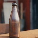 En 30-tals ölflaska tillverkas av homogent stål efter en riktig ölflaska från trettiotalet. Den svarvas, sinsileras och glädgas för att få farm den levande glasformen.