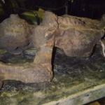 Skulpturen påkörd av grävmaskin. Lårbensbrott uppstod. Objektet värmdes upp i tre timmar till 500 grader, gassvetsades. Kallnade i 3 dagar, ciselerades. Utspädd syra sprutades på för rätt patina.