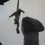 Skulpturen lyfts på plats.
