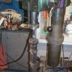 Nya dubbar i rostfritt stål gängas in i gjutjärnsstolparna.