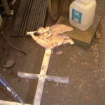 Bronsskulpturen provmonteras efter gängningen.
