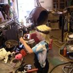 Lill Mesi tar bort maskeringen efter lackningenav lyktorna.