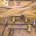 Ställningen för gravlyktorna tillverkas.