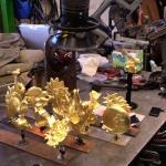 Skulpturerna är guldförgyllda.