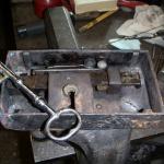 Efter restaurering av låskistan så anpassas den gamla nyckeln efter kolvarna.