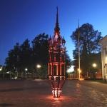 Fin belysning vid mörkrets timmar ger en spännande inramning av skulpturen.